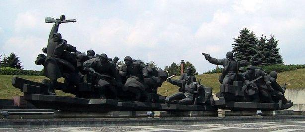 -Memorial_Statues,_Kiev