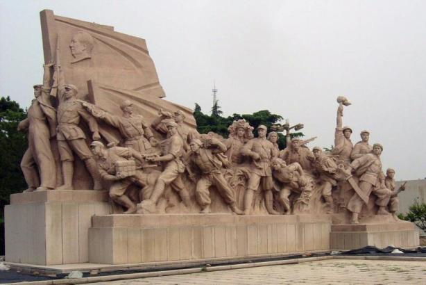 escultura en la plaza del Mauseoleo de Mao