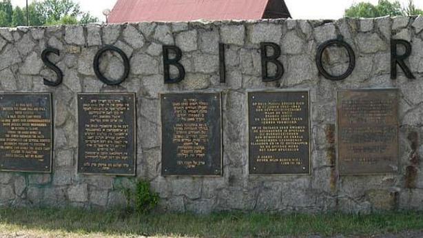 El pequeño pueblo de Sobibor es cerca de la frontera oriental de la actual de Polonia, a unos cinco kilómetros al oeste de la Bug (Buh) River y cinco millas al sur de Wlodawa. Durante la ocupación alemana de Polonia, esta área estaba en el distrito de Lublin del Gobierno General (la parte de Polonia ocupada por los alemanes no directamente anexada a Alemania, unida a la Prusia oriental alemana o incorporada al territorio soviético ocupado por Alemania). Autoridades de las SS y la policía alemana construidas Sobibor en la primavera de 1942 como el segundo centro de exterminio en el marco de la Operación Reinhard , el plan implementado por la SS y de la Policía en Lublin para asesinar a los Judios de Gobierno General. Fue construido a lo largo de la línea de ferrocarril Chelm-Wlodawa, en una arbolada, pantanosa y poco poblada región. En su extensión más grande, el campo cubierto un área rectangular de 1.312 por 1.969 pies. Las ramas insertadas en la valla de alambre de púas y árboles plantados alrededor del perímetro camufladas el sitio. Todo el campamento estaba rodeado por un campo de minas de 50 pies de ancho. Las autoridades en el centro de matanza de Sobibor consistían en un pequeño grupo de las SS alemanas y los funcionarios de policía (entre 20 y 30) y una unidad de policía de guardia auxiliar de entre 90 y 120 hombres, todos los cuales eran o ex prisioneros de guerra soviéticos de diversas nacionalidades o civiles ucranianos y polacos seleccionados o reclutados para este propósito. Todos los miembros de la unidad de guardia eran entrenados en una dependencia especial de la SS y de la Policía de Lublin, el campo de entrenamiento Trawniki. Los comandantes del campo de exterminio de Sobibor eran SS Franz Stangl primer teniente de abril hasta agosto de 1942 y capitán de las SS Franz Reichleitner a partir de agosto de 1942 hasta noviembre 1943. El centro de exterminio de Sobibor fue dividido en tres partes: un área administrativa, un área de recepción y un área de 