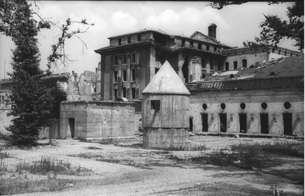 Führerbunker en mayo de 1945. Al fondo, la Nueva Cancillería.