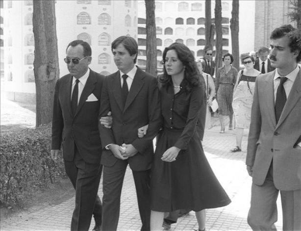 Juan (2º i) y Miriam de la Sierra, hijos de los marqueses de Urquijo, asisten al entierro de sus padres en el panteón familiar de la sacramental de San Justo, en Madrid en 1980. EFEArchivo