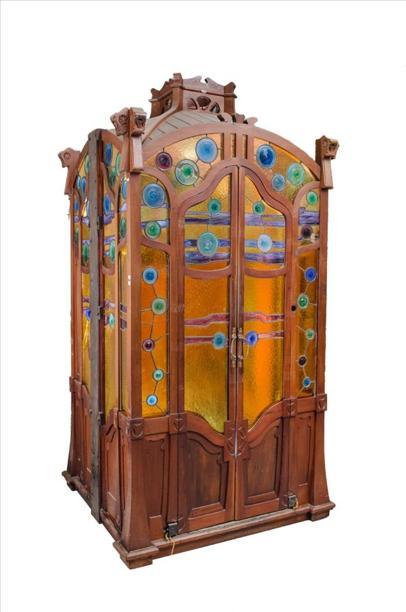 Fotografía facilitada por el experto italiano en arte modernista Andrea Speziali, que aseguró hoy haber encontrado una cabina de ascensor en Italia que cree que podría haber estado instalada en la Casa Batlló de Barcelona. EFE