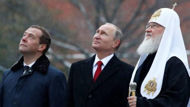 El presidente ruso, Vladímir Putin, observa junto al primer ministro, Dmitri Medvédev, y el patriarca Kirill, el monumento al príncipe Vladímir inaugurado este viernes en Moscú. SERGEI KARPUKHIN REUTERS